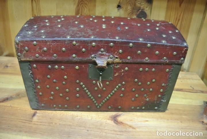 Antigüedades: Antiguo baúl o arca de piel y tachuelas - Foto 2 - 138779578
