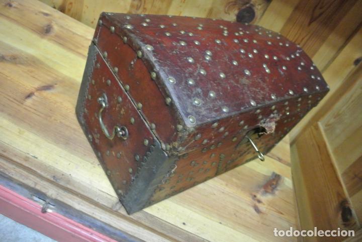 Antigüedades: Antiguo baúl o arca de piel y tachuelas - Foto 3 - 138779578