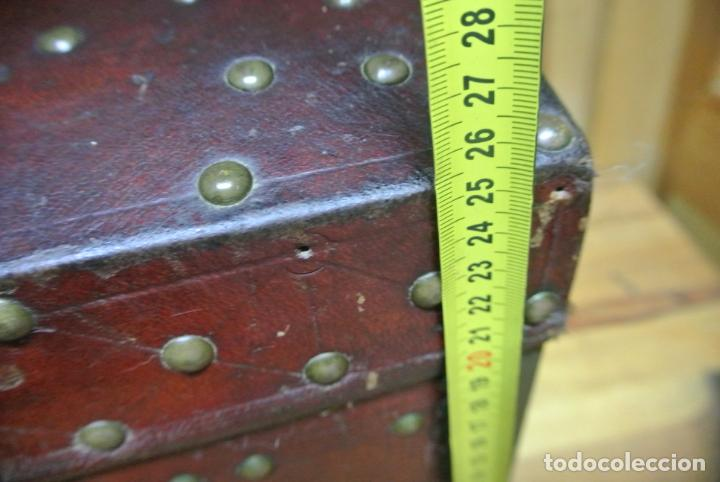 Antigüedades: Antiguo baúl o arca de piel y tachuelas - Foto 4 - 138779578