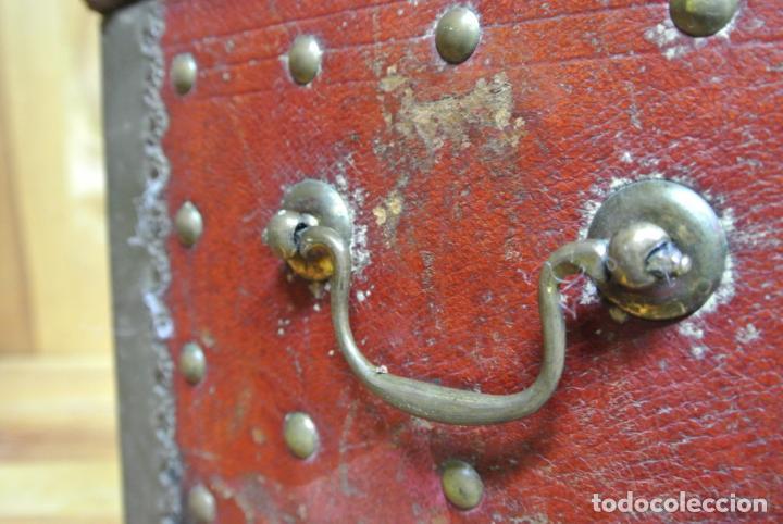 Antigüedades: Antiguo baúl o arca de piel y tachuelas - Foto 9 - 138779578