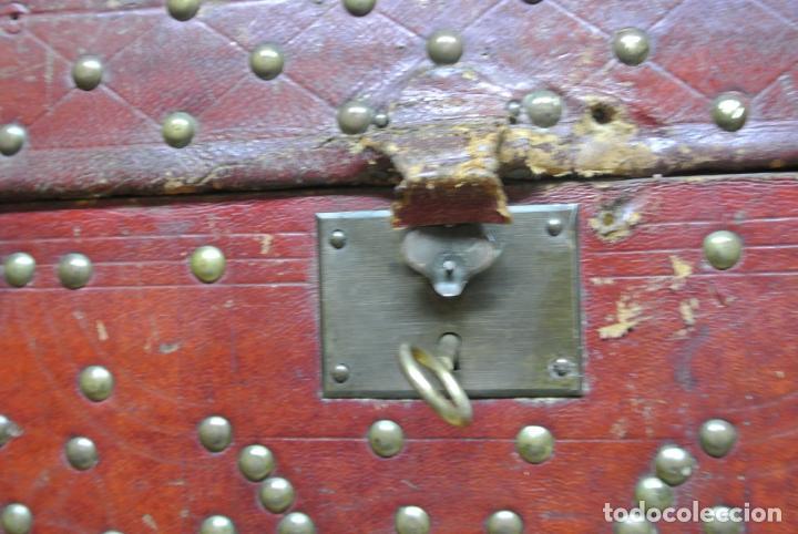 Antigüedades: Antiguo baúl o arca de piel y tachuelas - Foto 10 - 138779578
