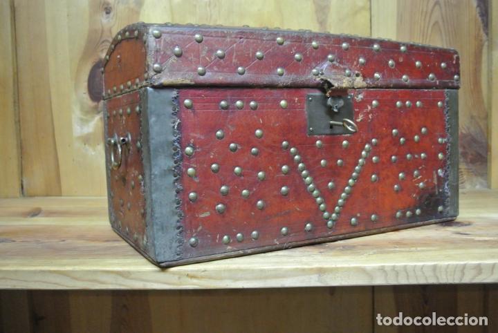 Antigüedades: Antiguo baúl o arca de piel y tachuelas - Foto 11 - 138779578