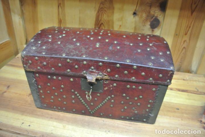 Antigüedades: Antiguo baúl o arca de piel y tachuelas - Foto 12 - 138779578