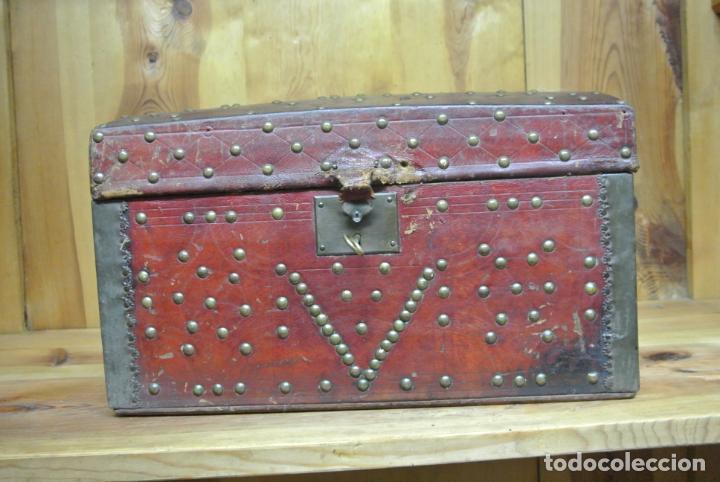 Antigüedades: Antiguo baúl o arca de piel y tachuelas - Foto 13 - 138779578