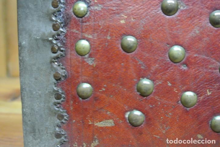 Antigüedades: Antiguo baúl o arca de piel y tachuelas - Foto 14 - 138779578