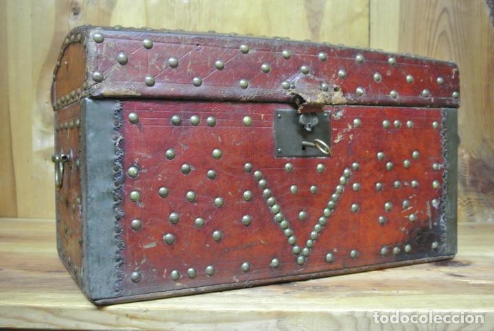 Antigüedades: Antiguo baúl o arca de piel y tachuelas - Foto 16 - 138779578
