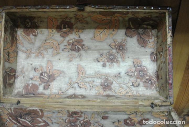 Antigüedades: Antiguo baúl o arca de piel y tachuelas - Foto 17 - 138779578