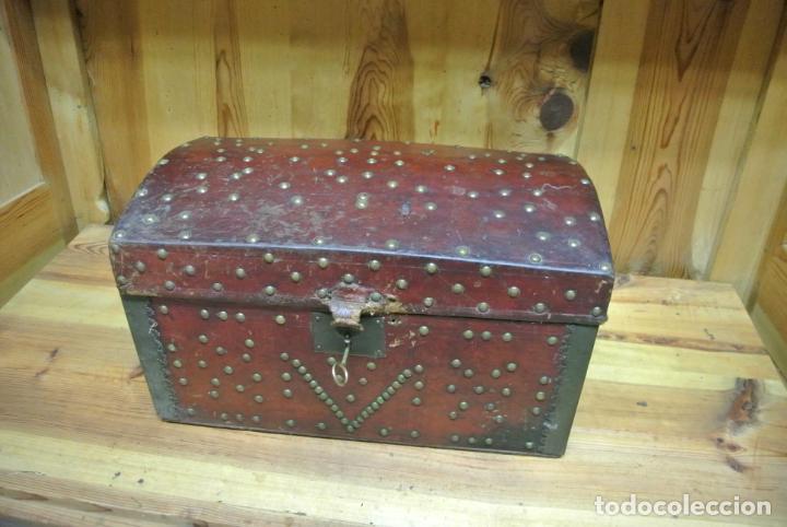 Antigüedades: Antiguo baúl o arca de piel y tachuelas - Foto 19 - 138779578