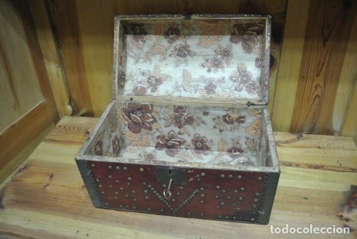Antigüedades: Antiguo baúl o arca de piel y tachuelas - Foto 20 - 138779578