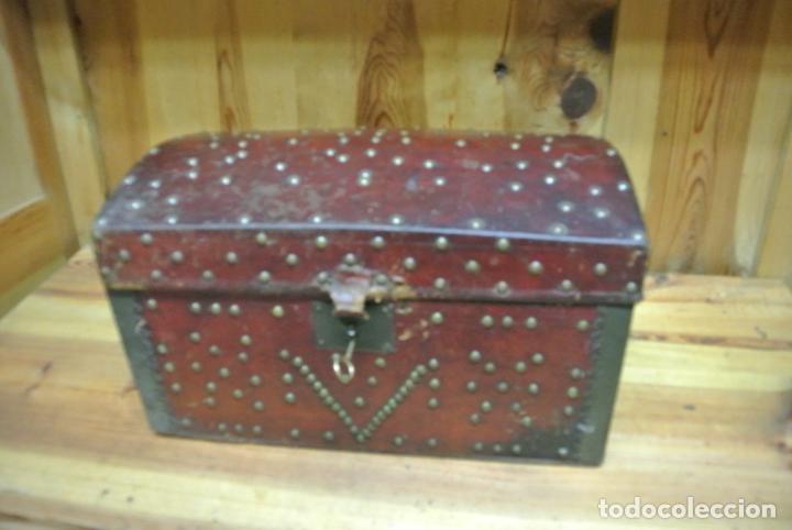 Antigüedades: Antiguo baúl o arca de piel y tachuelas - Foto 22 - 138779578