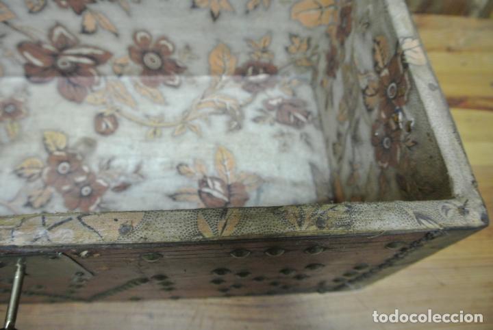 Antigüedades: Antiguo baúl o arca de piel y tachuelas - Foto 23 - 138779578