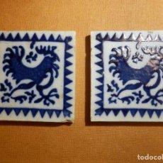 Antigüedades: ANTIGUA OLAMBRILLA - RACHOLA - TACO - AZULEJO - 7 X 7 CM - JUEGO DE 2 UNIDADES, PAREJA - GALLO. Lote 138907942