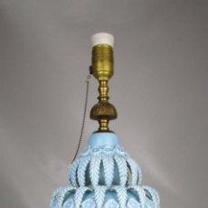 Antigüedades: BESTIAL LAMPARA VIP CERAMICA MANISES AZUL PASTEL 65CM ALTURA VINTAGE POP. Lote 138909058