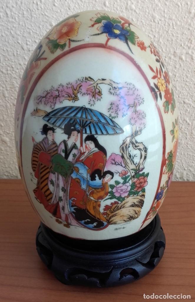 HUEVO DECORATIVO. PORCELANA ESMALTADA. PEANA MADERA. JAPÓN MEDIADOS SIGLO XX. (Antigüedades - Porcelana y Cerámica - Japón)