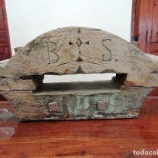 Antigüedades: CONTRAPESO YUGO CAMPANA CATEDRAL IGLESIA MUY ANTIGUO CON MADERA TALLADA 25 KG. Lote 138946554