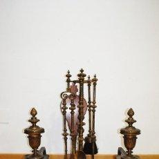 Antigüedades: ANTIGUO JUEGO DE CHIMENEA Y JUEGO DE MORILLOS DE BRONCE. Lote 138961666
