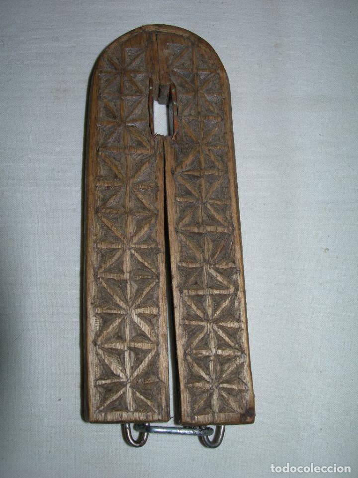Antigüedades: MUY ANTIGUO Y BONITO CASCAPIÑONES DE MADERA TALLADO A MANO - ARTE PASTORIL - CASCA PIÑONES - - Foto 6 - 138972750