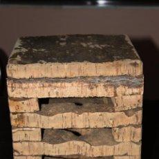 Antigüedades: TABURETE DE CORCHO HECHO A MANO. Lote 138990206