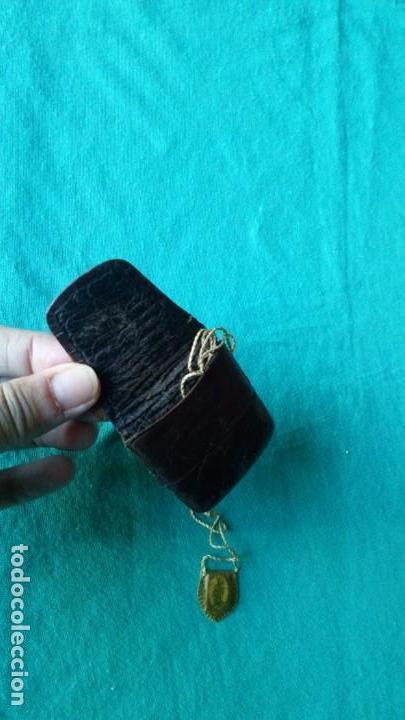 Antigüedades: Escapulario enfundado en piel con estuche de cuero, artesanía - Foto 4 - 139020262