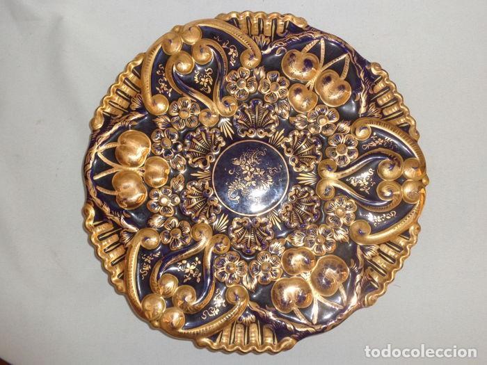 PLATO AZUL COBALTO Y DORADO (Antigüedades - Porcelanas y Cerámicas - Otras)