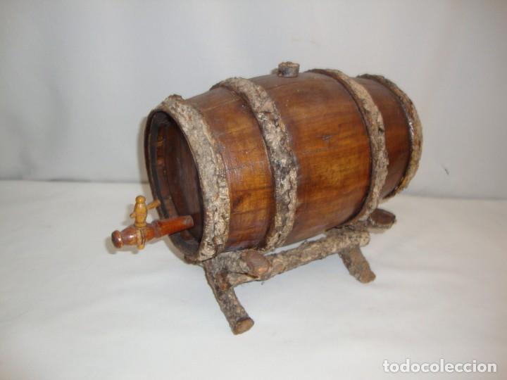 PEQUENÕ BARRIL DE VINO EN MADERA CON SUPORTE (Antigüedades - Técnicas - Rústicas - Utensilios del Hogar)