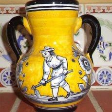 Antigüedades: DECORATIVA JARRA AMARILLA FIRMA SEVILLA DECORADA A MANO LABRADOR Y FLORES. Lote 139114286