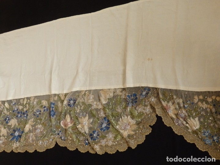 Antigüedades: Mantel-frente de altar en tul adornado con encajes de oro, sedas, etc. 234 x 92 cm. Pps. S. XX. - Foto 8 - 139121006