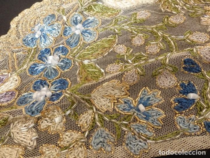 Antigüedades: Mantel-frente de altar en tul adornado con encajes de oro, sedas, etc. 234 x 92 cm. Pps. S. XX. - Foto 10 - 139121006
