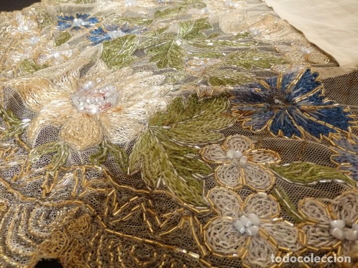 Antigüedades: Mantel-frente de altar en tul adornado con encajes de oro, sedas, etc. 234 x 92 cm. Pps. S. XX. - Foto 11 - 139121006