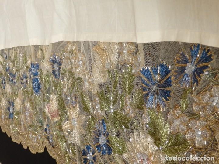 Antigüedades: Mantel-frente de altar en tul adornado con encajes de oro, sedas, etc. 234 x 92 cm. Pps. S. XX. - Foto 12 - 139121006