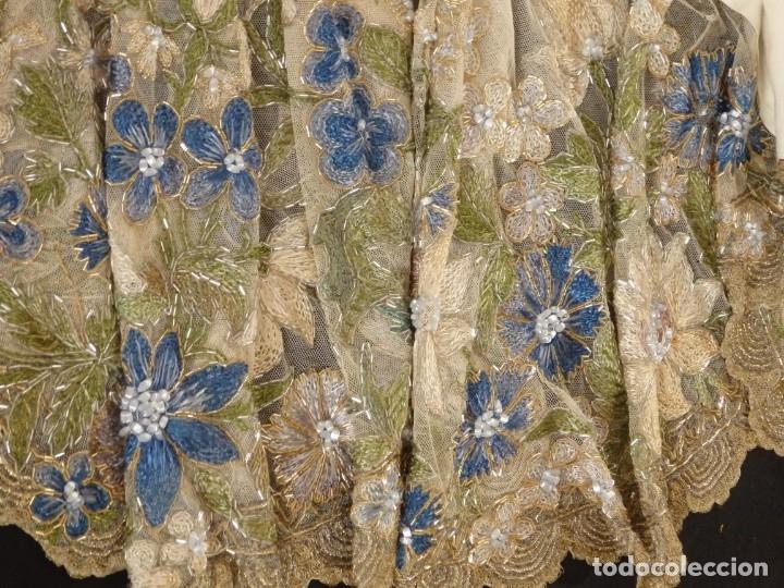 Antigüedades: Mantel-frente de altar en tul adornado con encajes de oro, sedas, etc. 234 x 92 cm. Pps. S. XX. - Foto 16 - 139121006