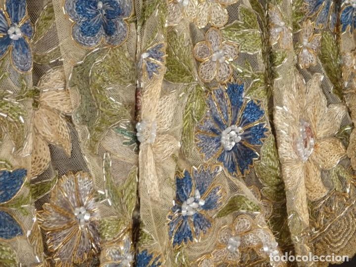 Antigüedades: Mantel-frente de altar en tul adornado con encajes de oro, sedas, etc. 234 x 92 cm. Pps. S. XX. - Foto 17 - 139121006