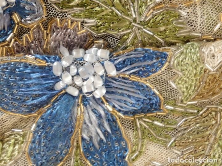 Antigüedades: Mantel-frente de altar en tul adornado con encajes de oro, sedas, etc. 234 x 92 cm. Pps. S. XX. - Foto 20 - 139121006