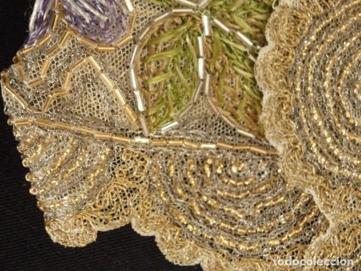 Antigüedades: Mantel-frente de altar en tul adornado con encajes de oro, sedas, etc. 234 x 92 cm. Pps. S. XX. - Foto 22 - 139121006
