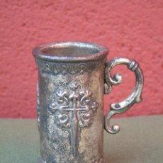 Antigüedades: JARRITA DE METAL MUY PESADO. CRUZ Y CONCHA DE SANTIAGO.. Lote 139159526