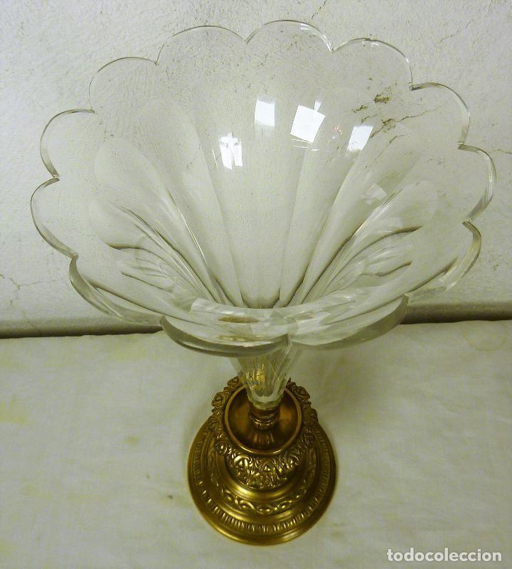 Antigüedades: Gran copa o centro en bronce y cristal tallado, estilo imperio, mitad del siglo XIX - Foto 3 - 139255510