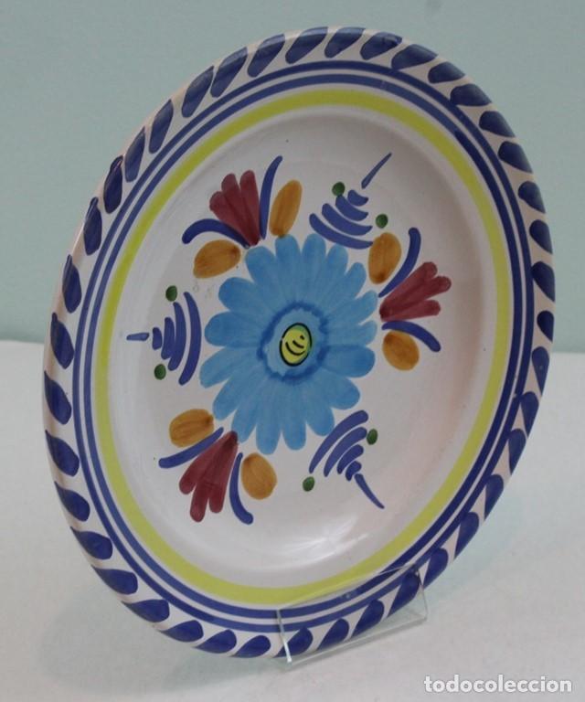 PLATO DE CERÁMICA,DECORADO CON MOTIVOS FLORALES. (Antigüedades - Porcelanas y Cerámicas - Otras)