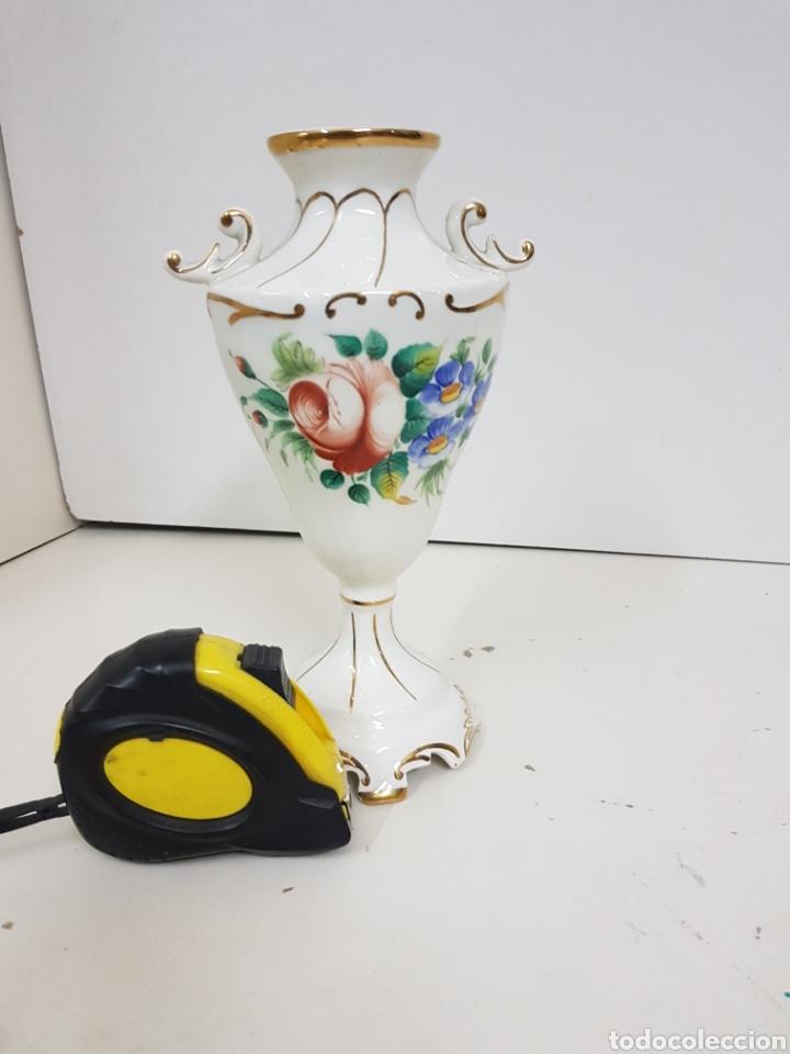 Antigüedades: Jarrón decorativo floral con detalles en dorado medidas de alto 23 cm 9 cm de ancho - Foto 2 - 139302376