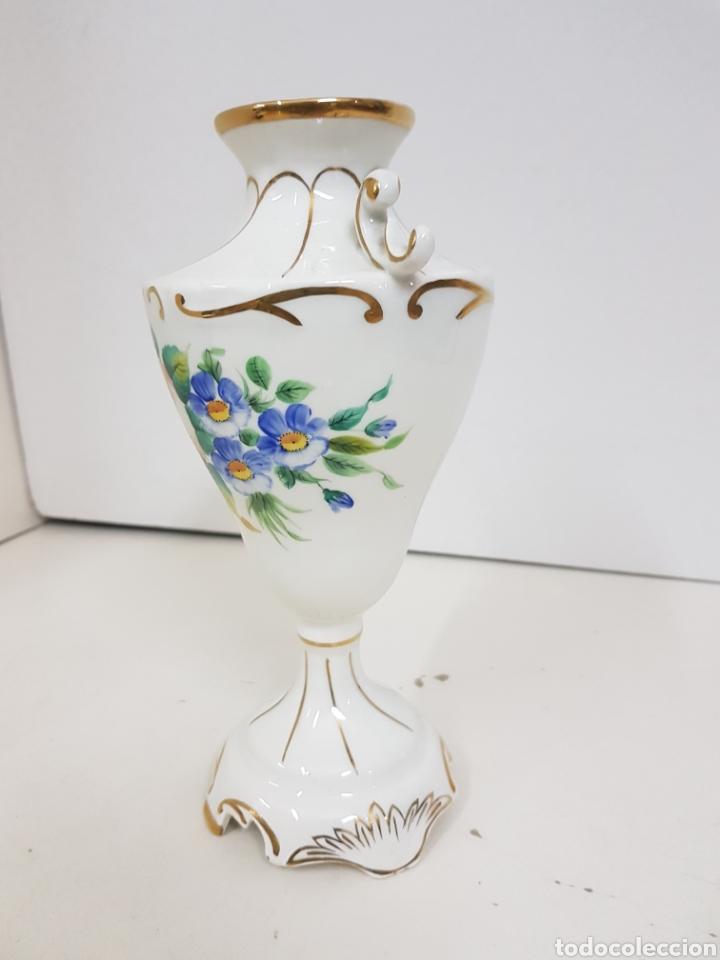 Antigüedades: Jarrón decorativo floral con detalles en dorado medidas de alto 23 cm 9 cm de ancho - Foto 3 - 139302376