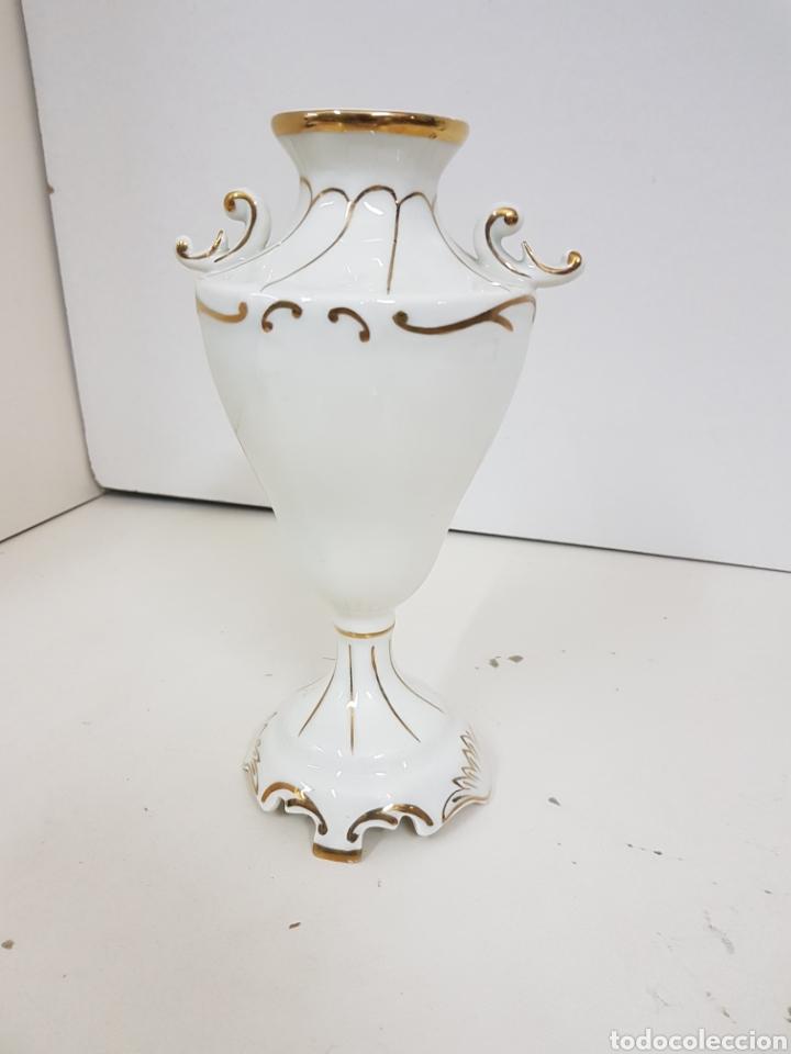 Antigüedades: Jarrón decorativo floral con detalles en dorado medidas de alto 23 cm 9 cm de ancho - Foto 4 - 139302376