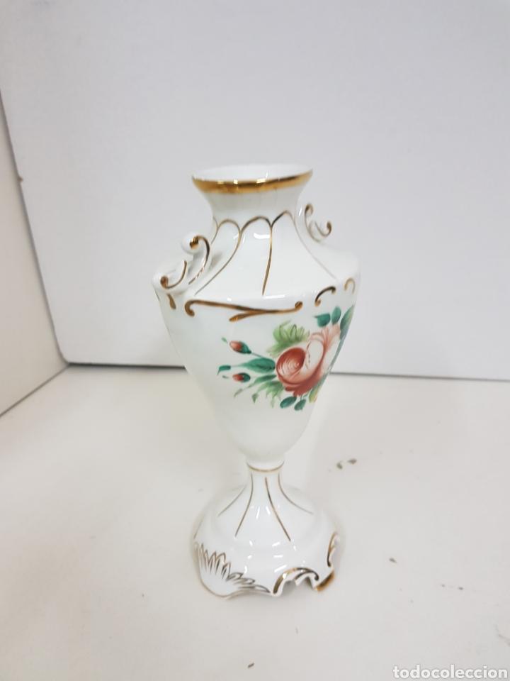 Antigüedades: Jarrón decorativo floral con detalles en dorado medidas de alto 23 cm 9 cm de ancho - Foto 5 - 139302376