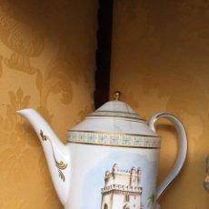 Antigüedades: TETERA O CAFETERA PORCELANA ROYAL KENT DIBUJOBARCO Y TORRE MORISCA. Lote 139317370
