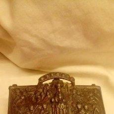 Antiguidades: CAJA DE METAL ANTIGUA .CON LA VIRGEN DE MONTSERRAT. Lote 139333842