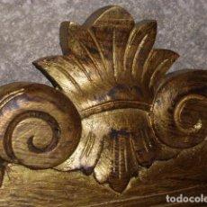 Antigüedades: ANTIGUO ESPEJO DE MADERA TALLADA EN ORO ENVEJECIDO CON LA LUNA ORIGINAL . Lote 139404350