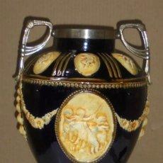 Antigüedades: ANTIGUO JARRON DE CERAMICA. DIBUJOS RELIEVE. ANGELES Y FLORES. ASAS Y PIE METALICO. 42CM ALTO.. Lote 139408506