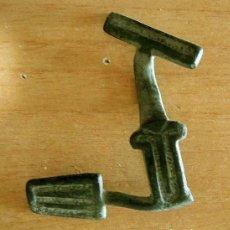 Antigüedades: PASADOR EN T TARDORROMANO. Lote 139431966