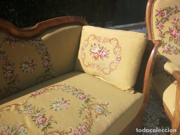 Antigüedades: juego de salón luis xv ,sofa,2 sillones ,4 sillas,2 reposa pies 1 cojín,todo completamente bordado - Foto 13 - 139462226