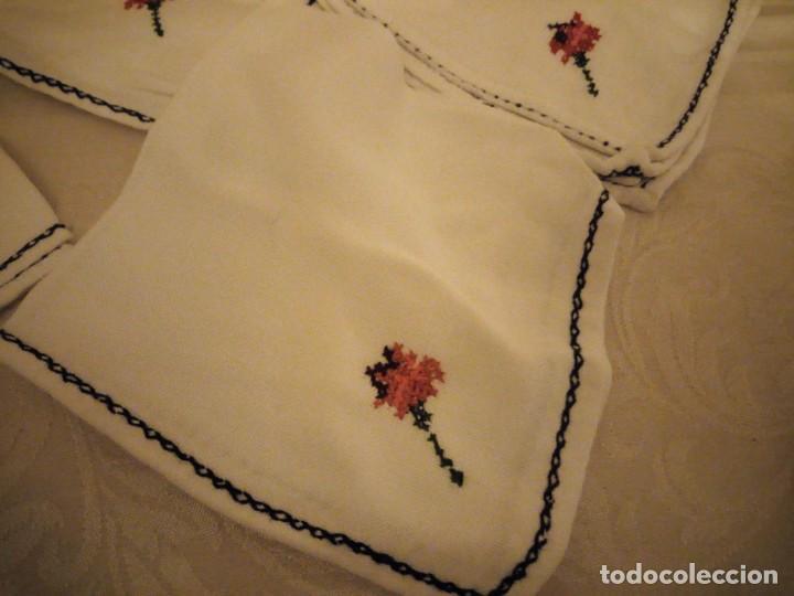 Antigüedades: Lote de 12 servilletas bordadas a mano. - Foto 2 - 139473022