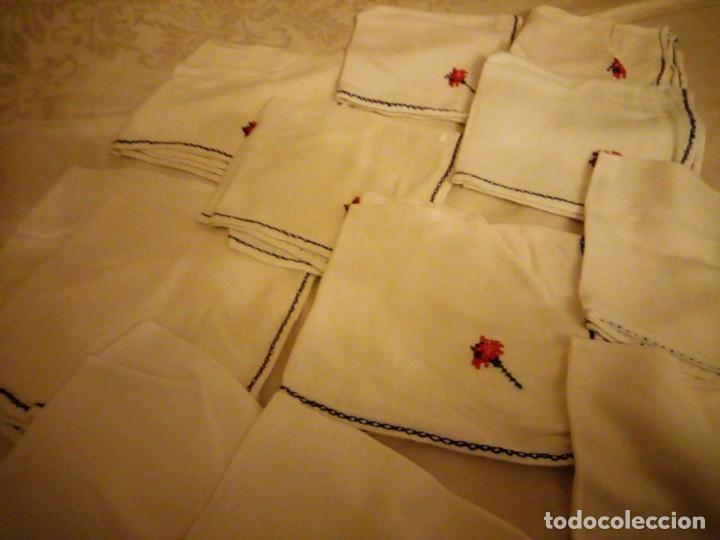 Antigüedades: Lote de 12 servilletas bordadas a mano. - Foto 4 - 139473022