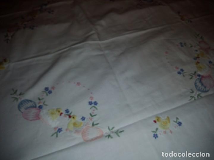 Antigüedades: Precioso mantel bordado a maquina ,motivos de pascua. - Foto 2 - 139473302